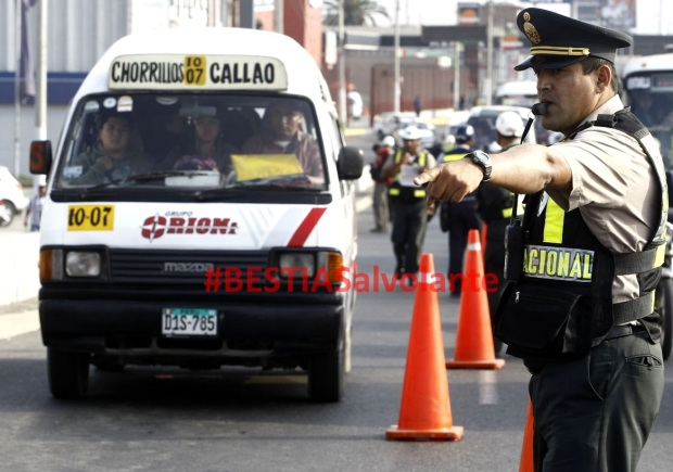 Operativos contra combis y taxis informales empiezan hoy, afirmó ministro Urresti