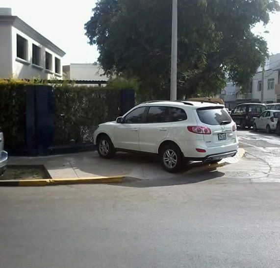 mal estacionado en San Isidro