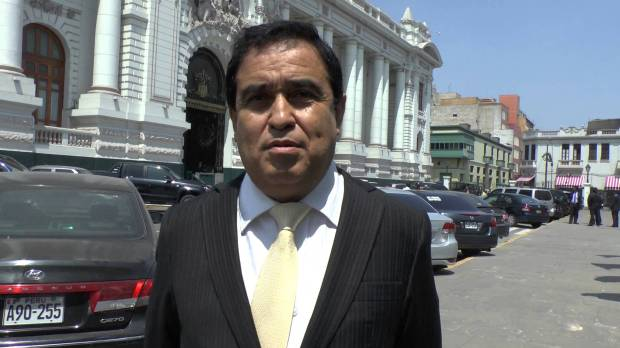 Congresista Fredy Otarola fue agredido brutalmente por taxista, quien le rompió el tabique.
