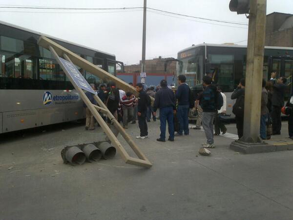 metro13 - vía @FayitoRSHC, se estrella contra semáforo en la estación Parq del Trabajo, accidente dejó 2 heridos