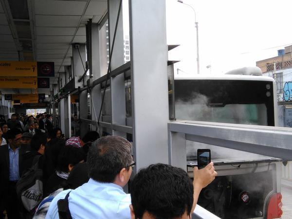 metro15 - vía @c0nectateperu, bus se incendia en estacion balta