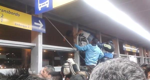 metro17 - vía @_DanielArce, ante caos en el metropolitano, estudiantes trepan para salir por las ventanas.