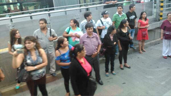 metro19 - vía @Carlos_Yancul, trafico en el metropolitano hace que los pasajeros invadan las pistas