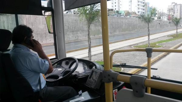 metro3 - @kikezent chofer hablando por celular mientras conduce