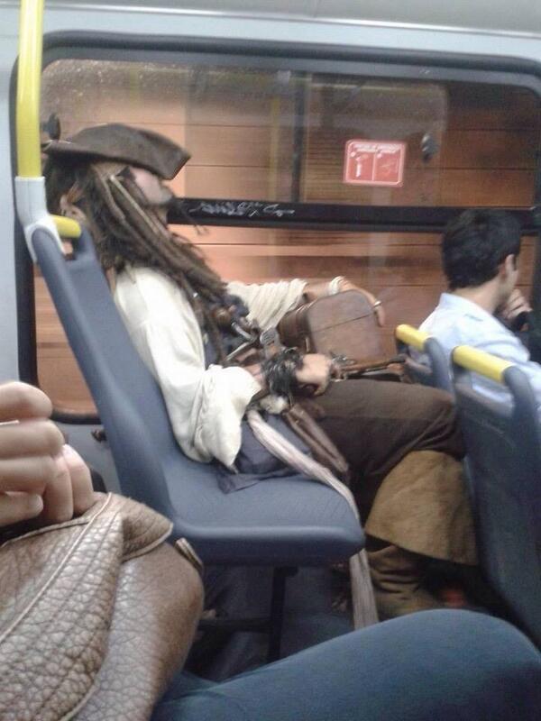 metro6 - vía @_capo3, Solamente en Perú encuentras a Jack Sparrow en el Metropolitano